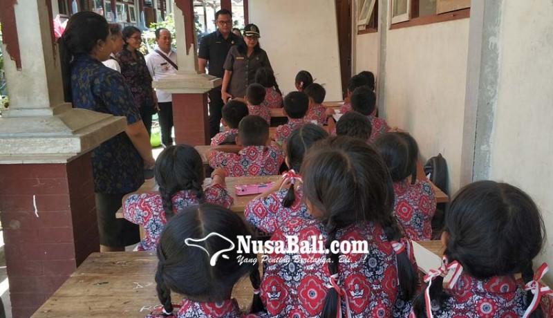 www.nusabali.com-siswa-belajar-di-emperan