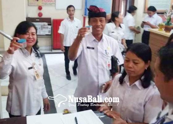 Nusabali.com - tes-urine-kesbangpollinmas-karangasem-bebas-narkoba