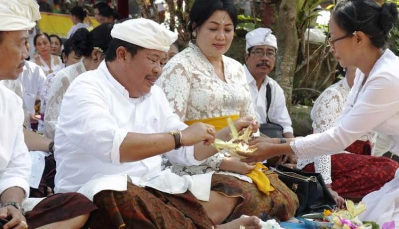 www.nusabali.com-bupati-artha-ngaturang-bhakti-penganyar-di-pura-jagatkarta