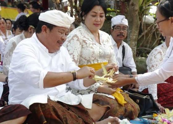 Nusabali.com - bupati-artha-ngaturang-bhakti-penganyar-di-pura-jagatkarta