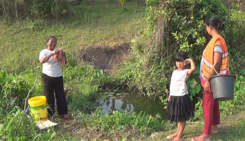 www.nusabali.com-kemarau-warga-banjar-pendem-cari-air-bulakan