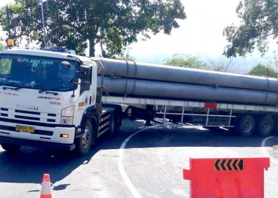 Nusabali.com - truk-bermuatan-paku-bumi-untuk-shortcut-picu-macet-12-jam