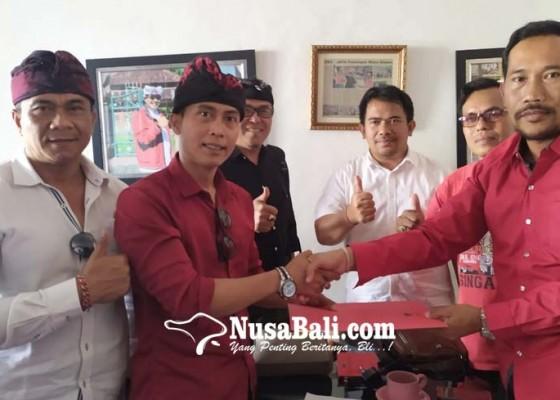 Nusabali.com - adik-bupati-tabanan-ambil-formulir-cawabup