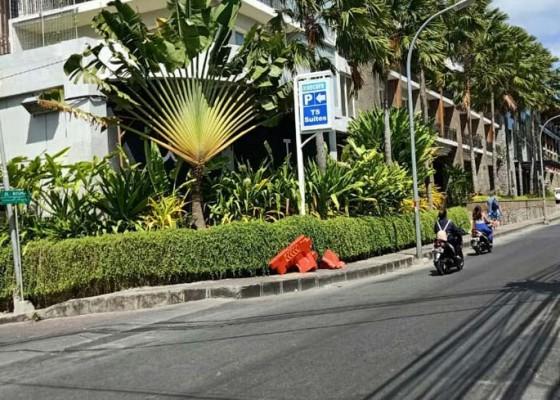 Nusabali.com - perubahan-arus-lalin-dilanggar-sejumlah-barrier-dirusak