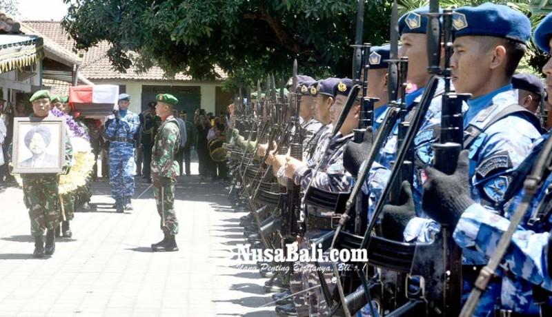 www.nusabali.com-jenazah-hs-dillon-dilepas-secara-militer