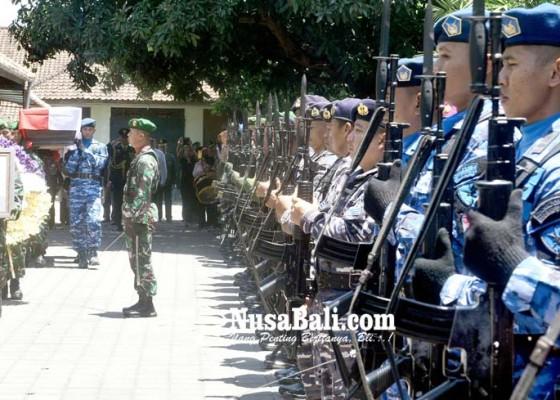 Nusabali.com - jenazah-hs-dillon-dilepas-secara-militer