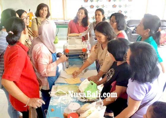 Nusabali.com - bumdes-baktiseraga-rintis-pusat-oleh-oleh