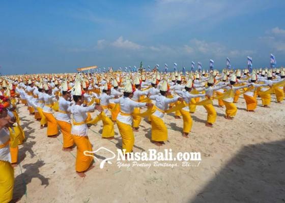 Nusabali.com - pentaskan-1000-penari-rejang-renteng