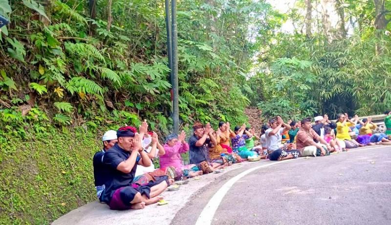 www.nusabali.com-desa-adat-angantiga-gelar-pakelem-di-tukad-ngongkong