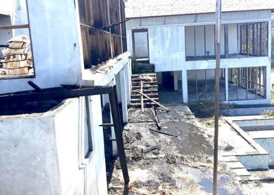 Nusabali.com - baru-dibangun-vila-ludes-dilalap-api