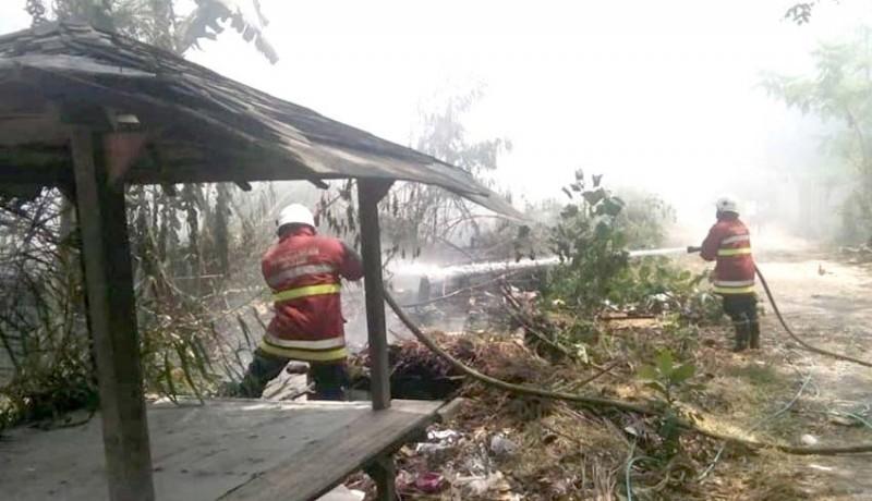 www.nusabali.com-puntung-rokok-picu-kebakaran-lahan-di-seminyak