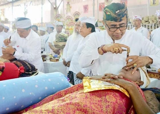Nusabali.com - rai-mantra-dan-jaya-negara-terampil-menatah-peserta-mepandes-massal