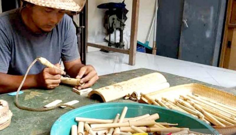 www.nusabali.com-gede-suarsa-ciptakan-pipet-bambu-bergambar-wayang