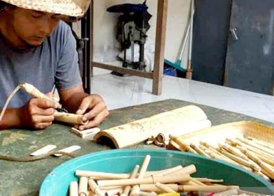 Nusabali.com - gede-suarsa-ciptakan-pipet-bambu-bergambar-wayang