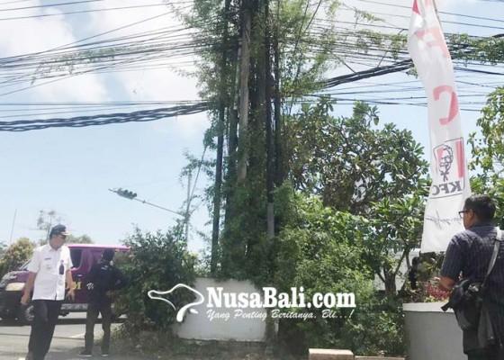 Nusabali.com - camat-kutsel-kumpulkan-pemilik-tiang-semrawut