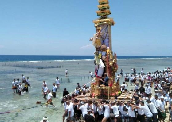 Nusabali.com - ritual-pengarakan-bade-dan-petalungan-dilakukan-di-laut