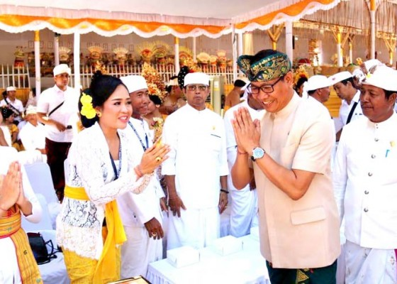 Nusabali.com - hadiri-karya-atma-wedana-di-tuban-wabup-suiasa-serahkan-bantuan-rp-600-juta