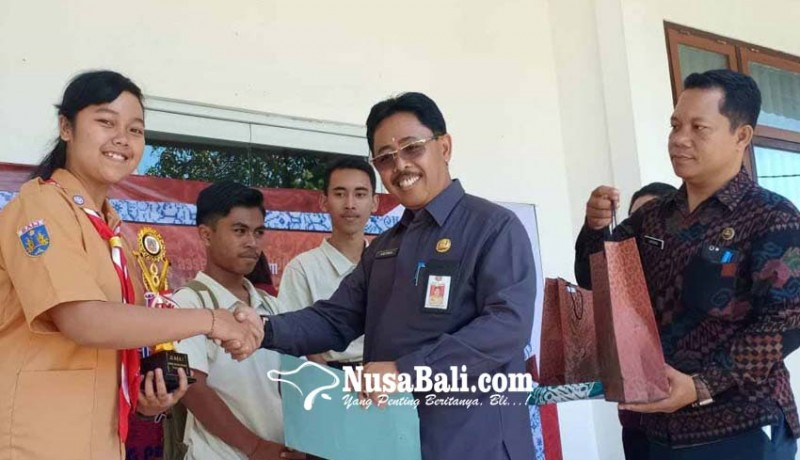 www.nusabali.com-siswi-sman-2-amlapura-juara-poster-literasi