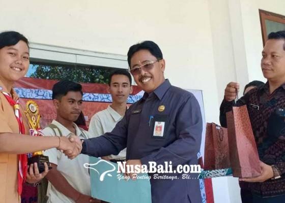 Nusabali.com - siswi-sman-2-amlapura-juara-poster-literasi