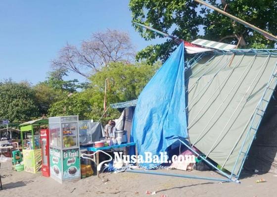 Nusabali.com - belasan-tenda-lovina-festival-magaburan-diterpa-angin-kencang