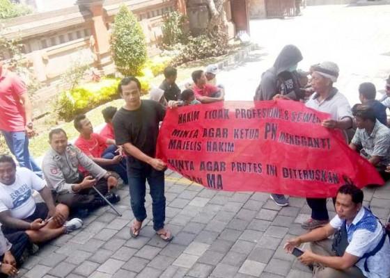 Nusabali.com - warga-buahan-payangan-demo-pn-gianyar