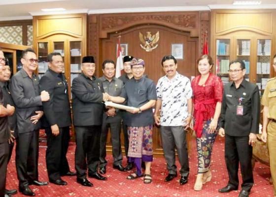 Nusabali.com - eksekutif-serahkan-draf-rancangan-perubahan-kedua-rpjmd-tahun-2016-2021
