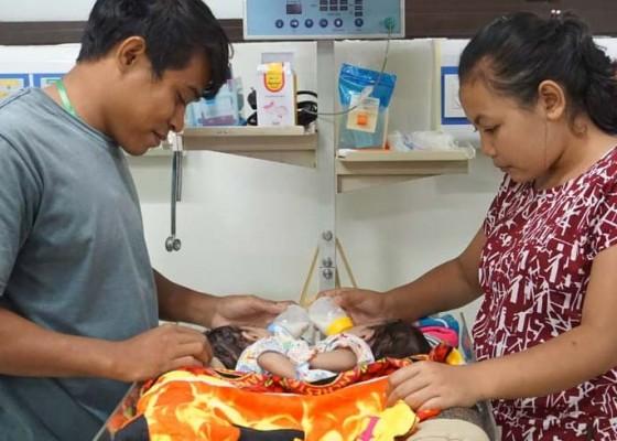 Nusabali.com - orangtua-bertahan-dengan-jualan-canang
