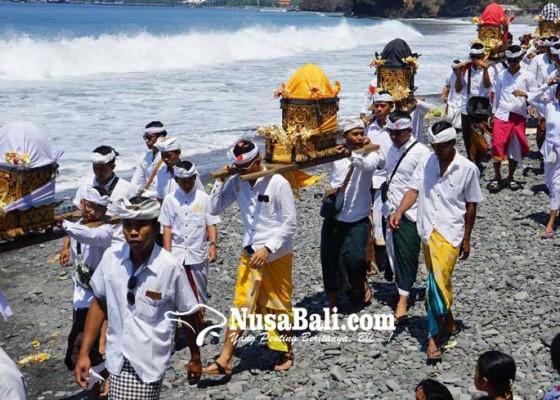 Nusabali.com - jelang-usaba-kapat-krama-duda-melasti-ke-pantai-buitan