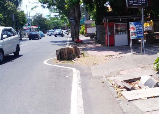 Nusabali.com - beberapa-titik-trotoar-di-abian-base-kuta-rusak
