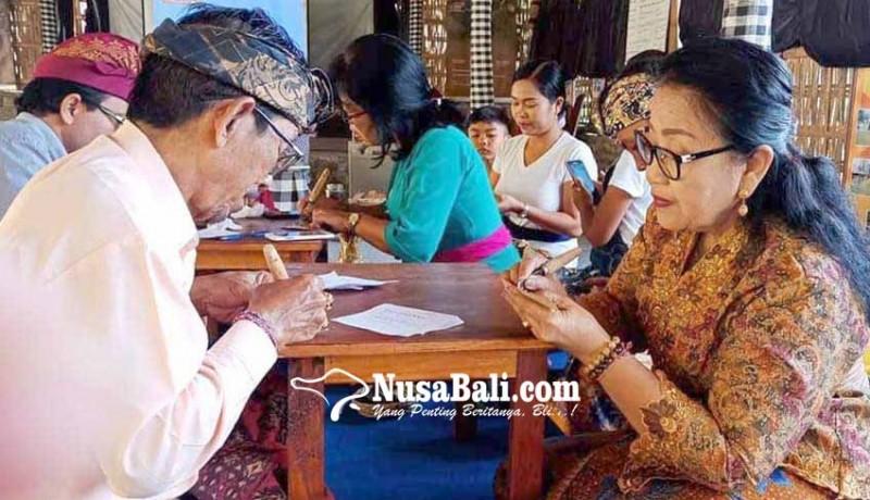 www.nusabali.com-rombongan-phdi-kubu-belajar-menulis-di-lontar