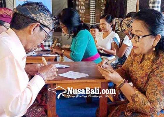 Nusabali.com - rombongan-phdi-kubu-belajar-menulis-di-lontar