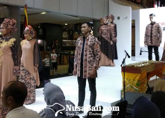 Nusabali.com - sumatera-barat-pamerkan-kain-tradisional-lewat-fashion-show