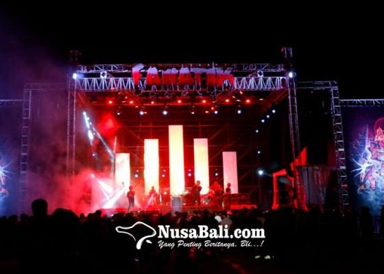 Nusabali.com - fanatik-2019-warmadewa-hentak-sanur