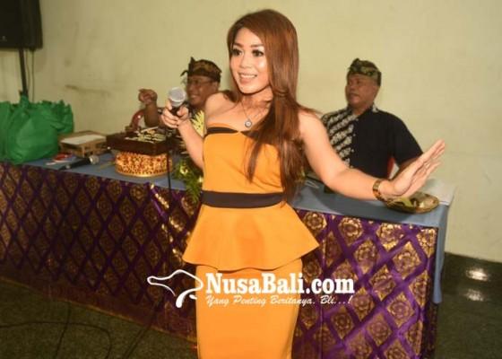 Nusabali.com - gek-atu-menyanyi-dangdut-sejak-kecil