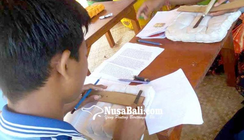 www.nusabali.com-berwisata-sembari-belajar-nyurat-aksara-di-daun-lontar