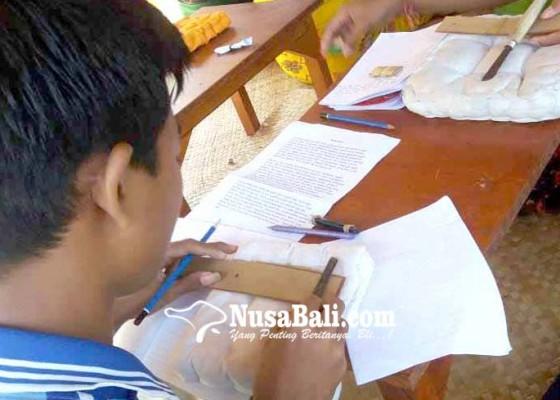 Nusabali.com - berwisata-sembari-belajar-nyurat-aksara-di-daun-lontar