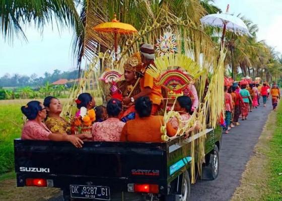 Nusabali.com - pengantin-baru-jemput-mempelai-wanita-pakai-pick-up