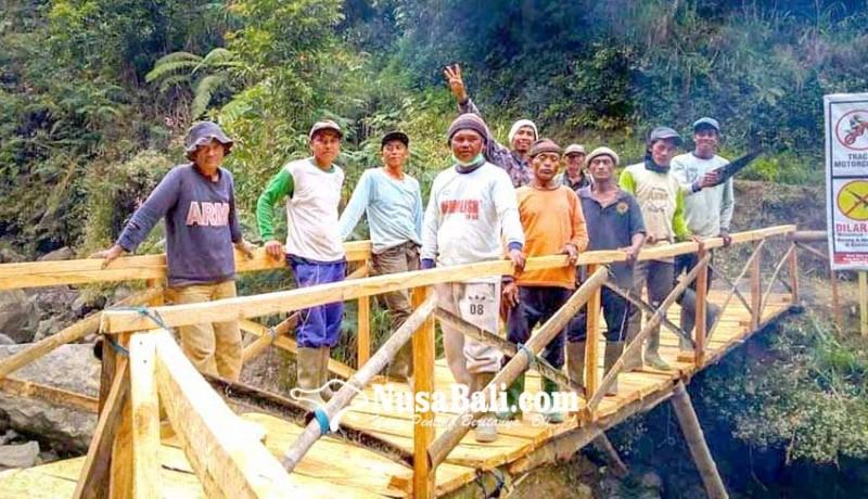 www.nusabali.com-krama-temukus-bangun-jembatan-bambu