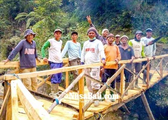 Nusabali.com - krama-temukus-bangun-jembatan-bambu