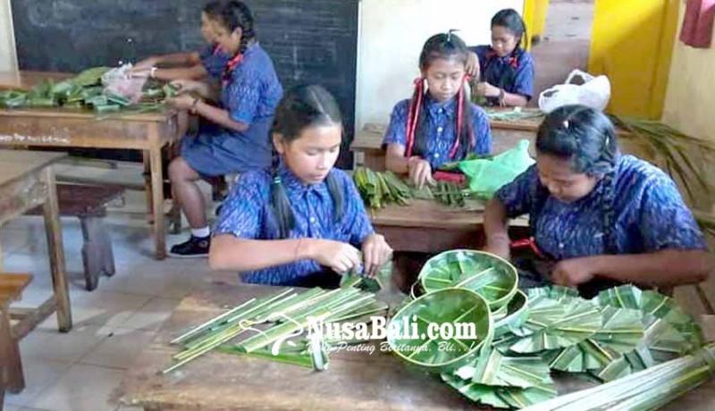 www.nusabali.com-guru-relawan-ajarkan-siswa-majejahitan