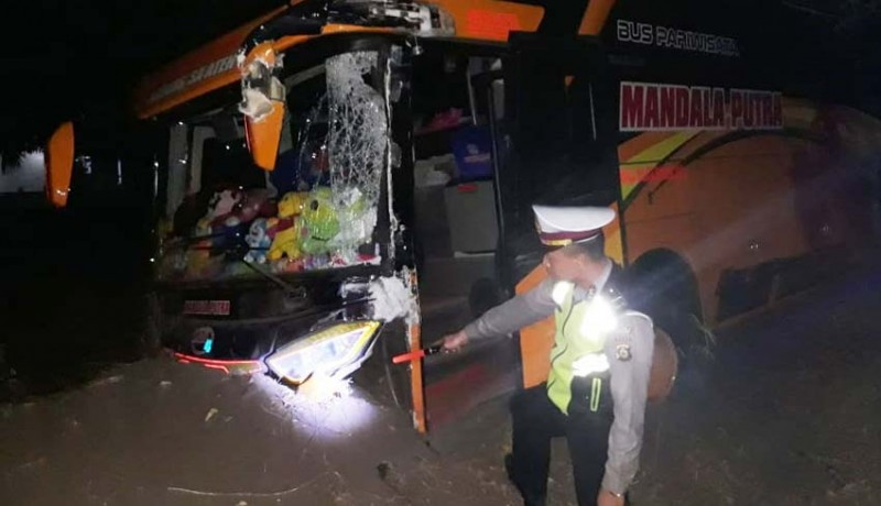 www.nusabali.com-bus-vs-truk-1-korban-luka-robek-di-kepala