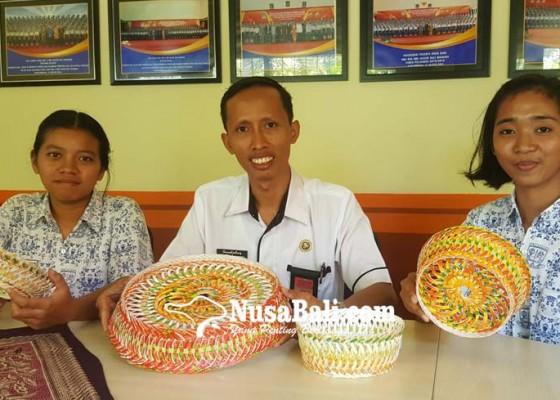 Nusabali.com - berjaya-berkat-karya-cipta-ingka-berbahan-limbah-gelas-plastik