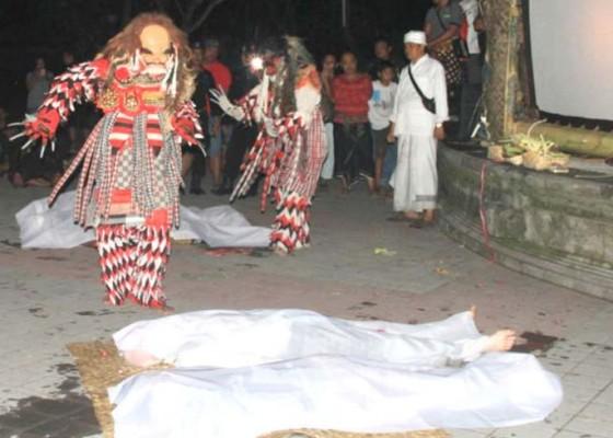 Nusabali.com - penonton-dipersilakan-ikut-memandikan-mayat