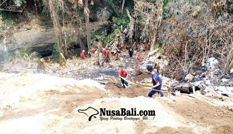 www.nusabali.com-asap-masih-membubung-petugas-tembakkan-air-dari-dasar-jurang