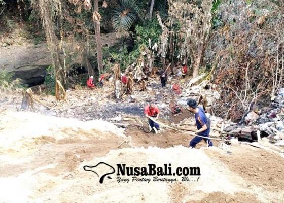 Nusabali.com - asap-masih-membubung-petugas-tembakkan-air-dari-dasar-jurang
