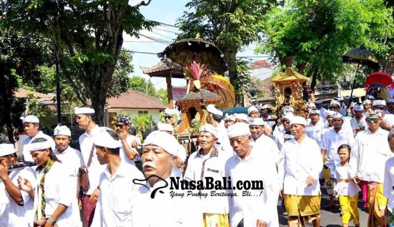 www.nusabali.com-krama-desa-adat-padangkerta-melasti-ke-panyai-perasi