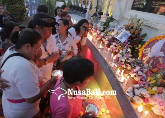Nusabali.com - 17-tahun-bom-bali-keluarga-nyalakan-17-lilin-perdamaian