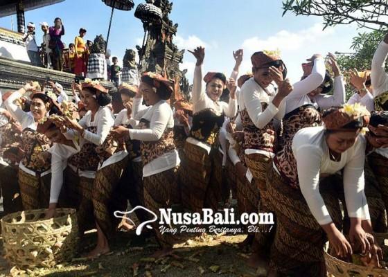Nusabali.com - krama-siapkan-6000-tipat-dan-bantal