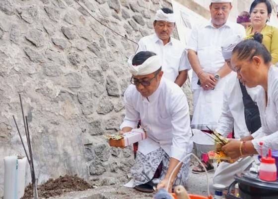 Nusabali.com - jaya-negara-letakkan-batu-pertama-revitalisasi-pasar-anyar-sari
