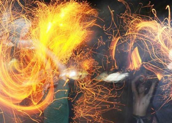 Nusabali.com - desa-adat-tuban-gelar-tradisi-perang-api